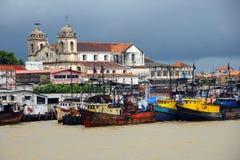 Belém, vieux bateaux sur le fleuve - Brésil Photographie stock libre de droits