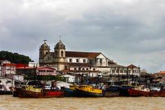 Belém, vieux bateaux sur le fleuve - Brésil image stock
