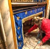 BELÉN, PALESTINA - 22 DE ENERO DE 2019: Gruta sobre la cueva en donde Jesus Christ nació Iglesia de la natividad Belén foto de archivo