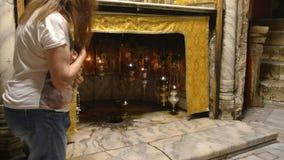 Belén, Palestina septiembre, 22, 2016: la fiel una fiel se arrodilla en la iglesia de la natividad en Belén metrajes