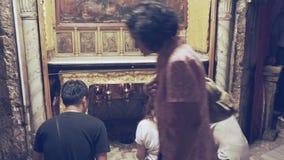 BELÉN, PALESTINA SEPTIEMBRE, 22, 2016: los peregrinos se arrodillan en la estrella en la iglesia de la natividad en Belén almacen de video