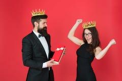 belöning man i smoking och sexig kvinna Skäggig man och lycklig kvinna i krona förälskade kungliga par datumframgång Mode arkivbilder
