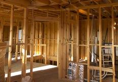 Belüftungs-, Abwasser- und Wasserinstallation in der Trennwand Stockbild