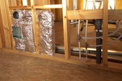 Belüftungs-, Abwasser- und Wasserinstallation in der Trennwand Lizenzfreie Stockbilder