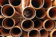 Belüftungs-Rohre gestapelt in der Baustelle Stockbilder