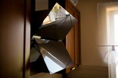 Belüftungshaube hergestellt vom Glas in der Küche, mit Reflexion Lokalisiert auf whiye Hintergrund Holzmöbel im Hintergrund lizenzfreie stockbilder