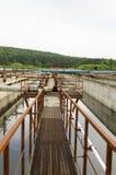 Belüftungsprozeß im Becken mit schmutzigem Abwasserwasser Lizenzfreie Stockbilder