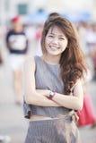 Bel âge de l'adolescence asiatique se tenant avec la détente et le sourire à c Images stock