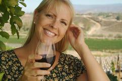Bel échantillon de vin de femme Image libre de droits