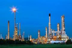 Bel éclairage de palnt de raffinerie de pétrole contre le ciel bleu sombre photo libre de droits