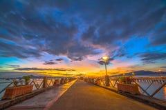 Bel éclat du soleil au pilier de Chalong Photos stock