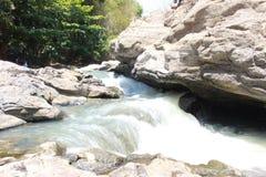 Bel écoulement de rivière au cours de la journée image stock