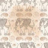 Bel éléphant tribal tiré par la main de style DES sans couture de modèle illustration libre de droits