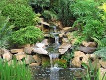 Bel étang avec la cascade Photographie stock