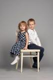 Bel étreindre de garçon et de fille photographie stock libre de droits