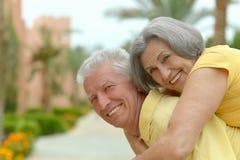 Bel étreindre supérieur heureux de couples Image stock