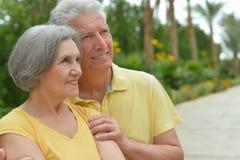 Bel étreindre supérieur heureux de couples Photographie stock libre de droits