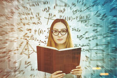 Bel étudiant asiatique et formules, double gris Images stock