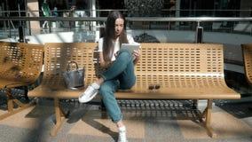 Bel étudiant de jeune femme à l'aide de son comprimé blanc dans le centre commercial, la vie heureuse d'université Photos libres de droits