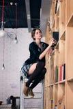 Bel étudiant féminin dans une bibliothèque Photos stock
