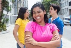 Bel étudiant latin indigène avec des amis dehors Images stock