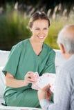 Bel aîné féminin de Playing Cards With d'infirmière Images libres de droits