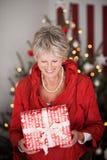Bel aîné heureux avec un cadeau de Noël Photos stock