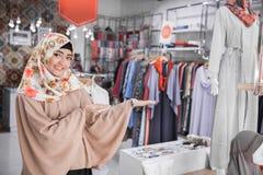 Bel accueil asiatique de propriétaire de boutique de mode image stock