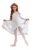 Bel ado de fille dans des vêtements blancs sur Pointe avec les cheveux et la guirlande bruns des fleurs d'isolement sur le fond b Photo stock