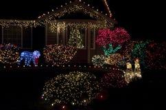 Bel allumage à la maison de lumières de Noël de maison photo stock