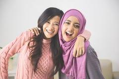 Bel ami ayant l'amusement harmonie dans la diversité Images stock