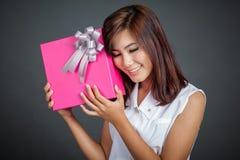 Bel amour asiatique de fille un boîte-cadeau Photos stock