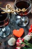 Bel AMOUR de lettres sur des verres de vin Photographie stock libre de droits