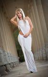 Bel ange blond avec des ailes de lumière blanche et la pose blanche de voile extérieures Images stock