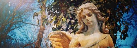 Bel ange triste Image dénommée par cru de statue antique photographie stock