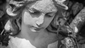 Bel ange triste Image d?nomm?e par cru de statue antique Fragment de statue antique photo stock