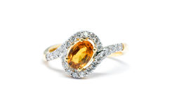 Bel anneau d'or avec le diamant et le saphir jaune d'isolement Images stock