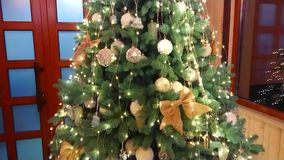 Bel arbre de Noël avec des ornements banque de vidéos