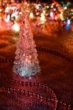 Bel arbre de Noël en verre sur un fond des lumières Photos libres de droits