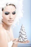 Bel arbre de pin de fixation de femme à disposition Photographie stock