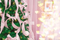 Bel arbre de sapin avec des décorations de Noël Photos stock