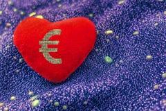 bel argent dimensionnel trois d'amour de l'illustration 3d très Euro de signe sur le coeur rouge image libre de droits