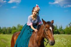 Bel aristocrate dans une robe sur un cheval image libre de droits