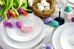 Bel arrangement de table avec la vaisselle et les fleurs pour la célébration de Pâques Images libres de droits