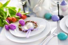 Bel arrangement de table avec la vaisselle et les fleurs pour la célébration de Pâques Photo stock