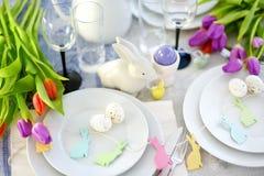 Bel arrangement de table avec la vaisselle et les fleurs pour la célébration de Pâques Photos stock