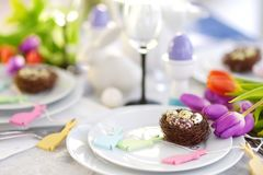Bel arrangement de table avec la vaisselle et les fleurs pour la célébration de Pâques Image stock