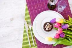 Bel arrangement de table avec la vaisselle et les fleurs pour la célébration de Pâques Photographie stock libre de droits