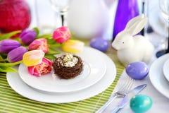 Bel arrangement de table avec la vaisselle et les fleurs pour la célébration de Pâques Photos libres de droits