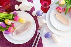 Bel arrangement de table avec la vaisselle et les fleurs pour la célébration de Pâques Image libre de droits